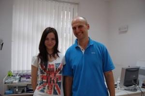 ein Foto von unserer Klientin Teresa mit Dr. Kulhanek